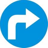 C-2 Nakaz jazdy w prawo za znakiem. Zobowiązuje kierującego do jazdy w prawo za znakiem; znak ten może być umieszczony na przedłużeniu osi drogi (jezdni) lub na samej jezdni. Znak obowiązuje na najbliższym skrzyżowaniu lub w miejscu, gdzie występuje możliwość zmiany kierunku jazdy