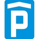 D-18b Parking zadaszony. Oznacza miejsce przeznaczone na postój pojazdów znajdujące się w budynku lub pod wiatą