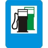 D-23 Stacja paliwowa. Informuje o znajdującej się przy drodze stacji paliw. Umieszczony w dolnej części znaku napis LPG GAZ informuje, że stacja prowadzi także sprzedaż gazu do napędu pojazdów. Znak może być umieszczony w innym miejscu niż po prawej stronie jezdni