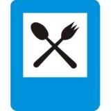 D-28 Restauracja. Informuje o wskazanym na znaku obiekcie znajdującym się przy drodze. Znak może być umieszczony w innym miejscu niż po prawej stronie jezdni