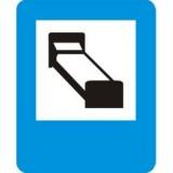 D-29 Hotel (motel). Informuje o wskazanym na znaku obiekcie znajdującym się przy drodze. Znak może być umieszczony w innym miejscu niż po prawej stronie jezdni
