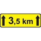 Tabliczka T-2 Długość odcinka drogi z niebezpieczeństwem. Tabliczka wskazująca długość odcinka drogi, na którym powtarza się lub występuje niebezpieczeństwo