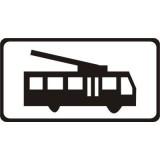 Tabliczka T-23g Dotyczy trolejbusów. Umieszczona pod znakiem B-25 tabliczka T-23g wskazuje, że zakaz wyprzedzania dotyczy kierującego trolejbusem