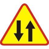 A-20 Odcinek jezdni o ruchu dwukierunkowym. Ostrzega jadących jezdnią jednokierunkową o miejscu, w którym rozpoczyna się ruch dwukierunkowy