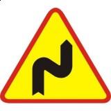 A-3 Niebezpieczne zakręty - pierwszy w prawo. Ostrzega o niebezpiecznych zakrętach, z których pierwszy jest zakręt w prawo (znak nie określa, ile jest łącznie zakrętów, ani też w jakich kierunkach są kolejne zakręty)