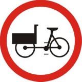 B-11 Zakaz wjazdu wózków rowerowych. Oznacza zakaz ruchu rowerów wielośladowych i wózków rowerowych