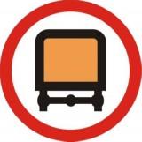 B-13a Zakaz wjazdu pojazdów z materiałami niebezpiecznymi. Oznacza zakaz ruchu pojazdów przewożących materiały niebezpieczne w ilościach, dla których jest wymagane oznakowanie pojazdu tablicami ostrzegawczymi barwy pomarańczowej. Tabliczka pod znakiem wskazuje, że zakaz dotyczy określonych klas/grup materiałów niebezp. lub określonego sposobu ich przewozu
