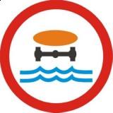 B-14 Zakaz wjazdu pojazdów z materiałami, które mogą skazić wodę. Oznacza zakaz ruchu pojazdów przewożących materiały niebezpieczne klas 3, 4.3, 6.1, 6.2, 8, gazy trujące lub gazy żrące klasy 2 lub materiały zagrażające środowisku klasy 9 w ilościach, dla których jest wymagane oznakowanie pojazdu tablicami ostrzegawczymi barwy pomarańczowej