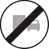 B-28 Koniec zakazu wyprzedzania przez samochody ciężarowe. Oznacza koniec obowiązywania zakazu zarządzonego znakiem B-26
