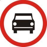 B-3 Zakaz wjazdu pojazdów silnikowych, z wyjątkiem motocykli jednośladowych. Oznacza zakaz ruchu pojazdów silnikowych; zakaz nie dotyczy motocykli jednośladowych