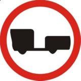 B-7 Zakaz wjazdu pojazdów silnikowych z przyczepą. Oznacza zakaz ruchu pojazdów silnikowych z przyczepą (przyczepami); zakaz nie dotyczy pojazdów z przyczepą jednoosiową lub naczepą. Masa określona na znaku B-7 lub na tabliczce pod nim dotyczy dopuszczalnej masy całkowitej przyczepy (przyczep)