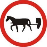 B-8 Zakaz wjazdu pojazdów zaprzęgowych. Oznacza zakaz ruchu pojazdów zaprzęgowych oraz jeźdźców i poganiaczy