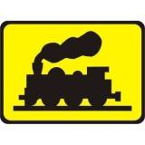 Tabliczka T-10 Bocznica kolejowa lub tor o podobnym charakterze. Wskazuje przecięcie drogi z bocznicą kolejową lub torem o podobnym charakterze; w miejscu tak oznakowanym ruch na drodze jest wstrzymywany przez pracownika kolei podczas przejeżdżania (przetaczania) pociągu