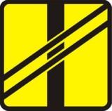 Tabliczka T-7 Układ torów i drogi. Tabliczka wskazująca układ torów i drogi na przejeździe tramwajowym